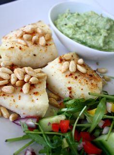 Bakt torsk med pinjekjerner - LINDASTUHAUG Fish Dinner, Hummus, Nom Nom, Side Dishes, Food And Drink, Healthy Eating, Cooking, Ethnic Recipes, Foodies