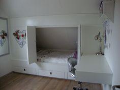 Deze opstelling, bureau over de vensterbank. Niet in wit, zonder de deuren en met wat meer opties om te luchten onder het bed