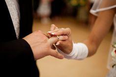 Warum tragen Eheleute Eheringe?    Als äußeres Zeichen der Verbundenheit von Ehepaaren gilt der Ehering. Aber warum tragen Ehepaare eigentlich die Eheringe?Der Ring wird aufgrund seiner Kreisform als Symbol für die unendliche, immerwährende Liebe des Paares gedeutet.    http://partyservice-schweizer.de