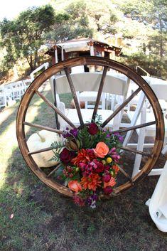 country wedding details 30 Rustic Country Wedding Ideas with Wagon Wheel Details Cowgirl Wedding, Farm Wedding, Chic Wedding, Rustic Wedding, Tractor Wedding, Western Wedding Centerpieces, Western Wedding Ideas, Wedding Details, Western Weddings