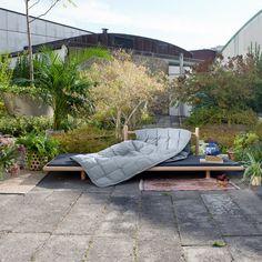 Beddo von Skagerak ist Bett, Couch und Ort zum Entspannen in einem. Besonders die niedrige Höhe und die reduzierte Form von Beddo, die nicht in das Bild von herkömmlichen Daybetten oder Sofas passt, machen es zu einem außergewöhnlichen Designobjekt für drinnen und draußen.