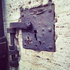 """Davanti al Palazzo dei Priori ci sono dei gradini dove i """"monelli"""" venivano messi alla alla gogna. Messo il collarino di ferrro, venivano legati e attaccavano a questo aggeggio, chiuso con la chiave."""