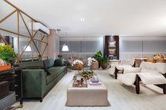 Decoração de apartamento integrado e aconchegante. Na sala, sofá verde, poltrona branca, balanço, plantas, mesa de centro com flores e adornos. #decoracao #decor #details #casadevalentina