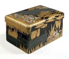 八橋蒔絵螺鈿硯箱。「からころもきつつなれにしつましあればはるばるきぬるたびをしぞおもふ」の歌で有名な『伊勢物語』第九段三河国八橋の情景を描いた硯箱。