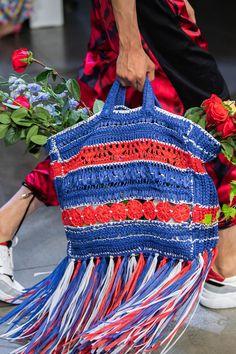 Knit Fashion, Fashion Bags, Fashion Show, High Fashion, Diy Sac, Art Bag, Prabal Gurung, 2020 Fashion Trends, Crochet Purses