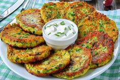 Les crêpes de courgette sont des crêpes à base de courgettes, oeufs, farine, fromage, huile, oignon, ail, persil, sel et poivre. Healthy Breakfast Recipes, Vegetarian Recipes, Cooking Recipes, Healthy Recipes, Food C, Love Food, Veggie Egg Cups, Zucchini Pancakes, Buffet