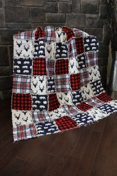 Rag Quilt Cabin Quilt Plaid Deer ThrowRed And Black by RozonsRags Rag Quilt Patterns, Sewing Patterns, Quilting Projects, Sewing Projects, Quilting Ideas, Fabric Crafts, Sewing Crafts, Diy Crafts, Flannel Quilts