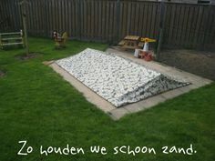 Zandbak deksel: zo houden we schoon zand Picnic Blanket, Outdoor Blanket, Stepping Stones, Outdoor Decor, Garden, Children, Home Decor, Garten, Kids