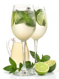 El Coctel Hugo es un trago que se toma en Italia como aperitivo y esta hecho a partir de sirope de sauco y champan.