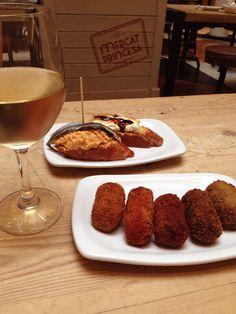 Croquetas, pintxos e vinhos. Nessa minha viagem para Barcelona (Espanha) conheci alguns lugares e dou algumas dicas como o delicioso Mercat Princesa - um mercado com várias lojas que oferecem uma série de opções para comer e beber.