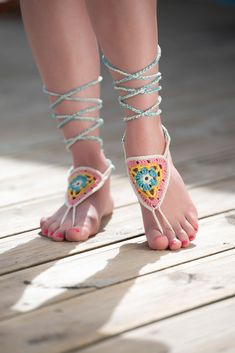 These crochet sandals and barefoot sandals are the perfect summer crochet projects. These crochet patterns take just a little bit of yarn. Crochet Sandals, Crochet Shoes, Crochet Slippers, Gypsy Crochet, Crochet Baby, Free Crochet, Ballerinas, Barefoot Sandals Pattern, Crochet Flip Flops