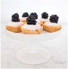 Cremig süß gefüllte Filokörbchen mit Brombeer Creme