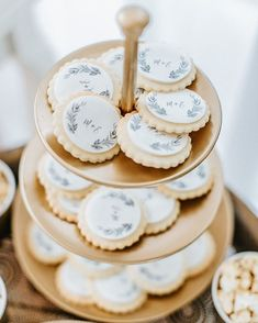 #mundushannover #fineartbakery #handmade #sweettable #wedding #dessert #delicious #candybar #cookies #happy #hannover #gold #weddinginspiration  Foto: @anja_schneemann_photography  Sweets: @mundushannover  Wedding Planner: @marryjane_weddingdesign  Location: @seefugium