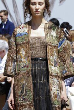 Я не могу не поделиться. Так понравилось! Увидела сегодня осеннюю коллекцию 2017 Диора крупным планом. Боже, как много интересного! Жакеты и пальто. То ли ворот, то ли шарф... Или вот, рукавчик для жилета .Ну прелесть! Вот такой воротничок, переходящий в бантик И та самая тесьма-бахрома на рукавах.