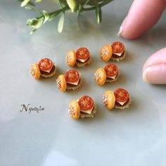 2017. Miniature Hamburguer ♡ ♡ By Nyumin Polymer Clay Miniatures, Polymer Clay Art, Dollhouse Miniatures, Miniature Crafts, Miniature Food, Miniature Dolls, All The Small Things, Mini Things, Minis