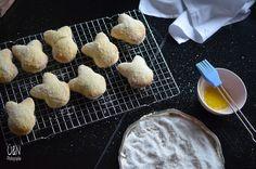 Überall & Nirgendwo: Fluffigste, weicheste und traumhaft vanillig süße Hefezuckerhasen fürs Osterfrühstück!