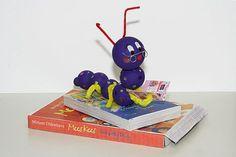 Wat heb je nodig? lege doosjes van verschillende afmeting fotokarton grote kleurenprints van boeken 6 piepschuim bollen van groot naar klein ijzerdraad pijpenragers saté stokjes (om op te verven) hobbyverf, kwast en penseel schaar lijm