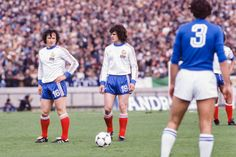 Italy 2 France 1 in 1978 in Mar Del Plata. Christian Dalger and Didier Six take interest in a free kick for France in Group A at the World Cup Finals. Football Cards, Football Players, Everton Fc, Free Kick, World Cup Final, France 1, Finals, Kicks, Christian