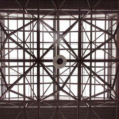 estructura metálica del techo - lámpara y vidriería, desde abajo vista blanco y negro #techos