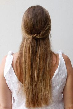 This hairstyle works on all hair types and is a quick way to pull back your front layers while adding a cute detail. #halfup #hairstyles #knotted