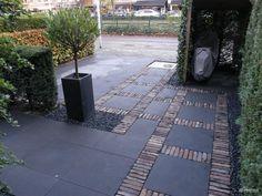 Bekijk de foto van Ivkivz met als titel Oprit grote grijze stenen met rode klinkers. en andere inspirerende plaatjes op Welke.nl.