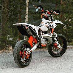 Two taps if you wanna ride it supermoto! Vintage Motorcycles, Custom Motorcycles, Custom Bikes, Moto Bike, Motorcycle Gear, Motard Bikes, Ktm Supermoto, Motocross Bikes, Mx Bikes