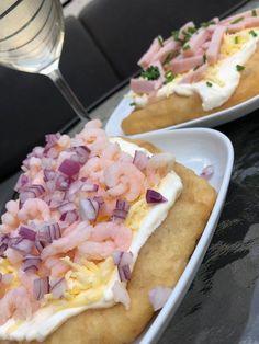 Langos! – Alla goda ting I Love Food, Good Food, Hawaiian Pizza, Food Inspiration, Betta, Cake Recipes, Food Porn, Veggies, Food And Drink