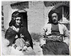 """السيدة حبسة خان النقيب أسست أول جمعية نسائية تدافع عن حقوق المرأة سنة 1930 . هي ابنة معروف البرزنجي من سلالة الشيخ أحمد، وابنة عم محمود ملك كردستان، و زوجة الشيخ قادر حفيد، من مواليد سنة 1891، وكان محل ولادتها في مدينة السليمانية، وهي سيدة كردية مشهورة، بعطائها وثقافتها و مساندتها الفعالة لنساء كردستان. وعرفت باسم حبسة النقيب، وذلك نسبة إلى والدها معروف البرزنجي الذي كان آنذاك """" نقيباً""""، وقد حصل على هذه الرتبة من قبل الدولة العثمانية حيث كان ممثلاً لسادات شيخان.. ونشأت السيدة حبسة من بين…"""