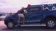 Casal briga no trânsito, e mulher se 'agarra' a picape em movimento +http://brml.co/1G2iaJd