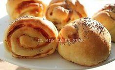 Panini napoletani ricetta da 10 e lode! Un'idea rustica ricca e saporita che piace anche ai più piccoli. Impasto eccellente farcito con quello che ci piace