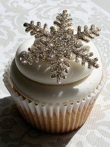 Snowflakes remind me of winter and the holidays. They are a great theme for decorating cupcakes and cakes and an easy way to create your own Winter...