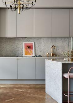 Vi tittar in till Sandra och Joakims varma, stilrena kök på Östermalm i Stockholm Home Decor Kitchen, Kitchen Interior, New Kitchen, Home Kitchens, Granite Kitchen, Minimal Kitchen Design, Classic Kitchen, Home Room Design, Küchen Design