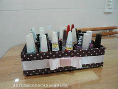 Cláudia Pinto: Porta esmalte feito de caixa de leite.