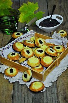 Berounské oboustranné - Recept byl dlouho tajný, dnes je běžně ochutnáte na berounských trzích. Sweet Desserts, Doughnut, Pancakes, Baking, Breakfast, Food, Hampers, Morning Coffee, Bakken