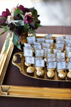Edible escort cards or seating chart Great idea! Edible escort cards or seating chart Formal Wedding, Dream Wedding, Wedding Day, Wedding Gifts, Wedding Gold, Trendy Wedding, Perfect Wedding, Wedding Souvenir, Summer Wedding