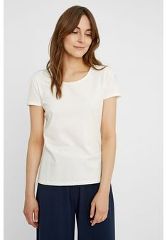 Basic tee for everyday use. Comes in eco white. Made from organic and Fair Trade cotton. Minimal Wardrobe, Fall Wardrobe, Site Mode, Fair Trade Fashion, Textiles, Coton Biologique, Gaia, Organic Cotton, Fashion Dresses
