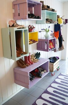 Schuhregal selber bauen – DIY Möbel und Ideen Build a shoe rack yourself – DIY furniture and ideas Painted Wooden Boxes, Wooden Crates, Wood Boxes, Wine Crates, Build A Shoe Rack, Diy Shoe Rack, Shoe Racks, Entryway Shoe Storage, Diy Garage Storage