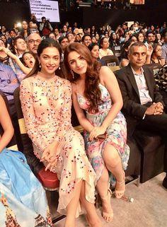 Deepika Padukone at Nicklodeon Awards . She looks so tired Deepika Ranveer, Deepika Padukone Style, Bollywood Stars, Bollywood Fashion, Beautiful Indian Actress, Beautiful Actresses, Beautiful Models, Bollywood Celebrities, Bollywood Actress