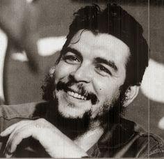 La storia di Che Guevara è diventata un simbolo della rivoluzione, della coerenza umana e del sacrificio fino alla morte. La storia di un'idealista, di chi ha creduto e combattuto per un mondo diverso. Come per tutti i miti, spesso si finisce per essere acritici o per non vedere errori e distorsioni. Di contro in molti tentano di distruggere il mito.