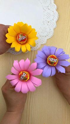 Candy Crafts, Fun Diy Crafts, Paper Crafts For Kids, Preschool Crafts, Arts And Crafts, Paper Flowers Craft, Candy Flowers, Craft Gifts, Diy Gifts