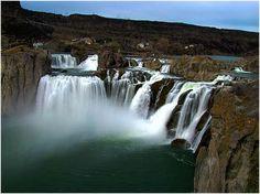 Shoshone (Estados Unidos) Se encuentran en el cauce del río Snake, ubicadas a unos 8 kilómetros de la ciudad de Twin Falls, en el centro-sur del estado de Idaho. Las llamadas Niagaras del Oeste, tiene 64,7 m de altura, (10,97 más altas que las cataratas del Niágara) y caen desde un borde de 274 metros de ancho.