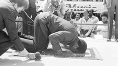 Muhammad Ali Praying in the Ring http://ift.tt/2jilOF5 Love #sport follow #sports on @cutephonecases