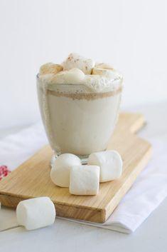 Boozy White Hot Chocolate Yummy Drinks, Yummy Food, Smoothies, Chocolate Caliente, Hot Chocolate Recipes, Wedding Desserts, Wedding Cupcakes, Jello Shots, Cookies Et Biscuits