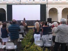 Tutti in piedi: si applaude in ricordo di Giorgio Faletti.