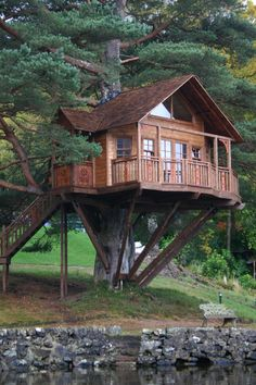 Treehouse that looks like a small lodge!