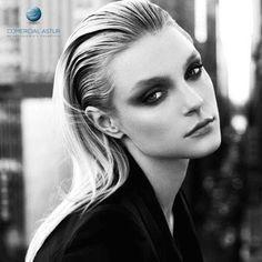 Prueba con un wet sofisticado: En lugar de peinar hacia atrás en un recogido wet sencillo, hazte una raya lateral en el pelo y fíjalo bien. Puedes dejar el pelo suelto o en coleta.