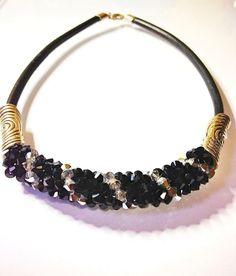 Gargantilla en espiral de cristales Swarovski bicolor en negro y plata con adornos de zamak