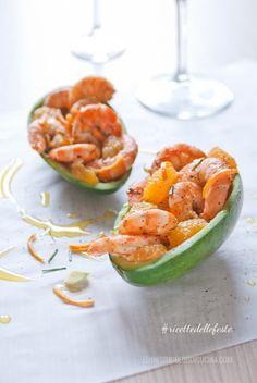 Questi gamberi al mandarino, con erba cipollina fresca e sfumati con rum scuro, sono deliziosi, e il guscio di avocado li rende ancor più scenografici (tangerine shrimps in avocado shell). recipe & photos ©annafracassi