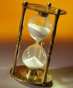 Glass Photography, Watches Photography, Bussola Tattoo, Hourglass Sand Timer, Hourglass Tattoo, Hourglass Drawing, Clock Tattoo Design, Sand Glass, Sand Timers