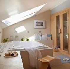 Baño amplio con techo inclinado